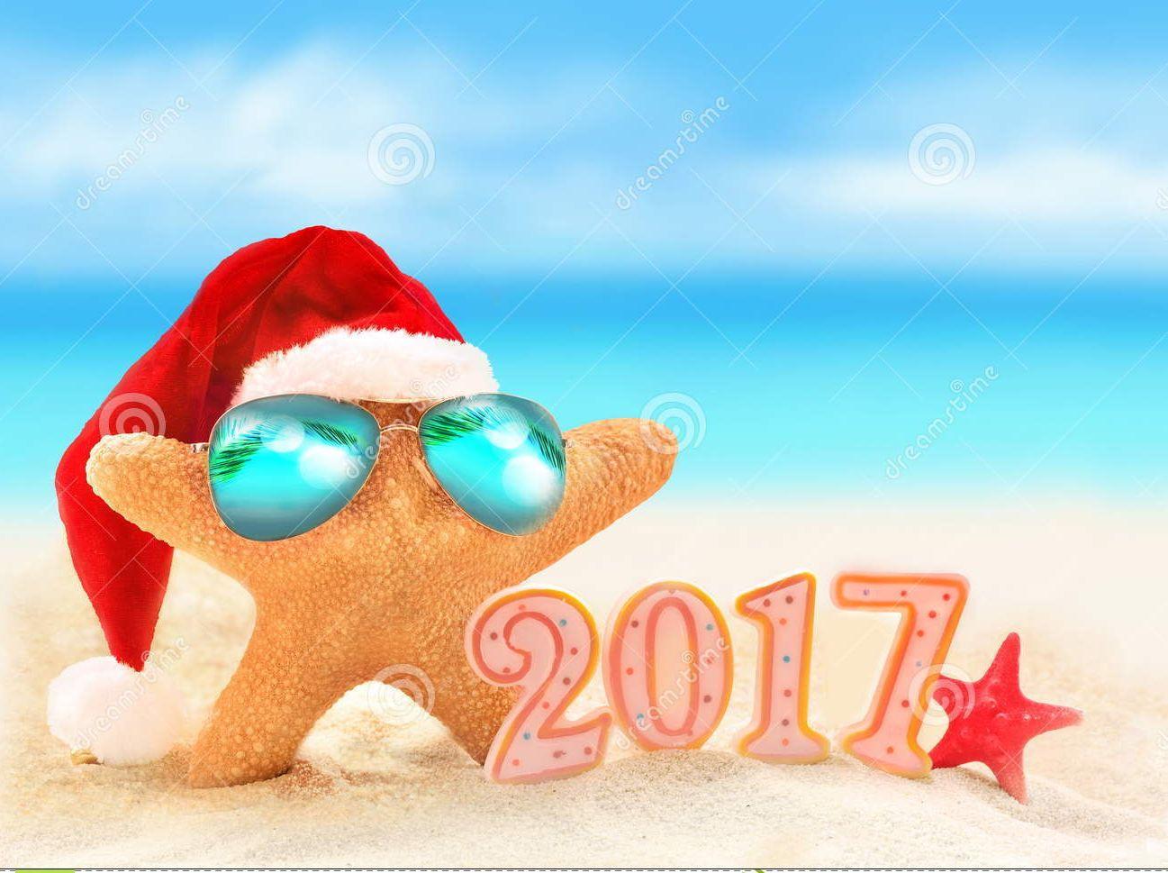 feliz-ao-nuevo-estrellas-de-mar-en-el-sombrero-de-santa-en-la-playa-del-verano-69906172